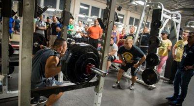 Los powerlifters principiantes deben entrenar más